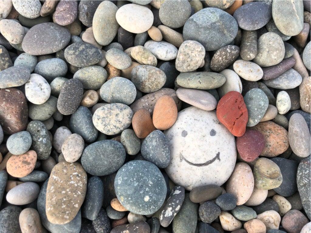 piedra sonrisa feliz