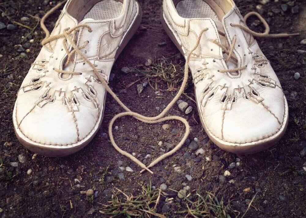 Zapatos unidos simbolizando la capacidad de gestionar las emociones