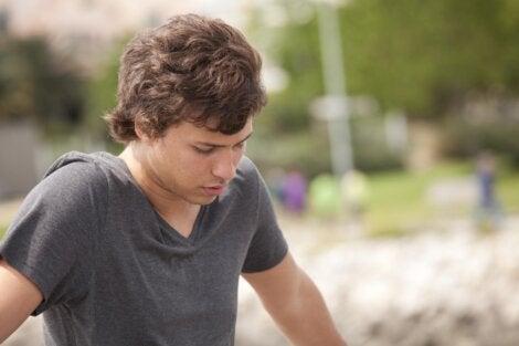chico representando cuándo empieza y termina la adolescencia