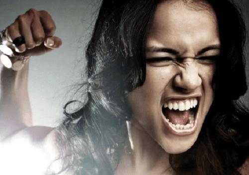 Chica manifestando emociones agresivas