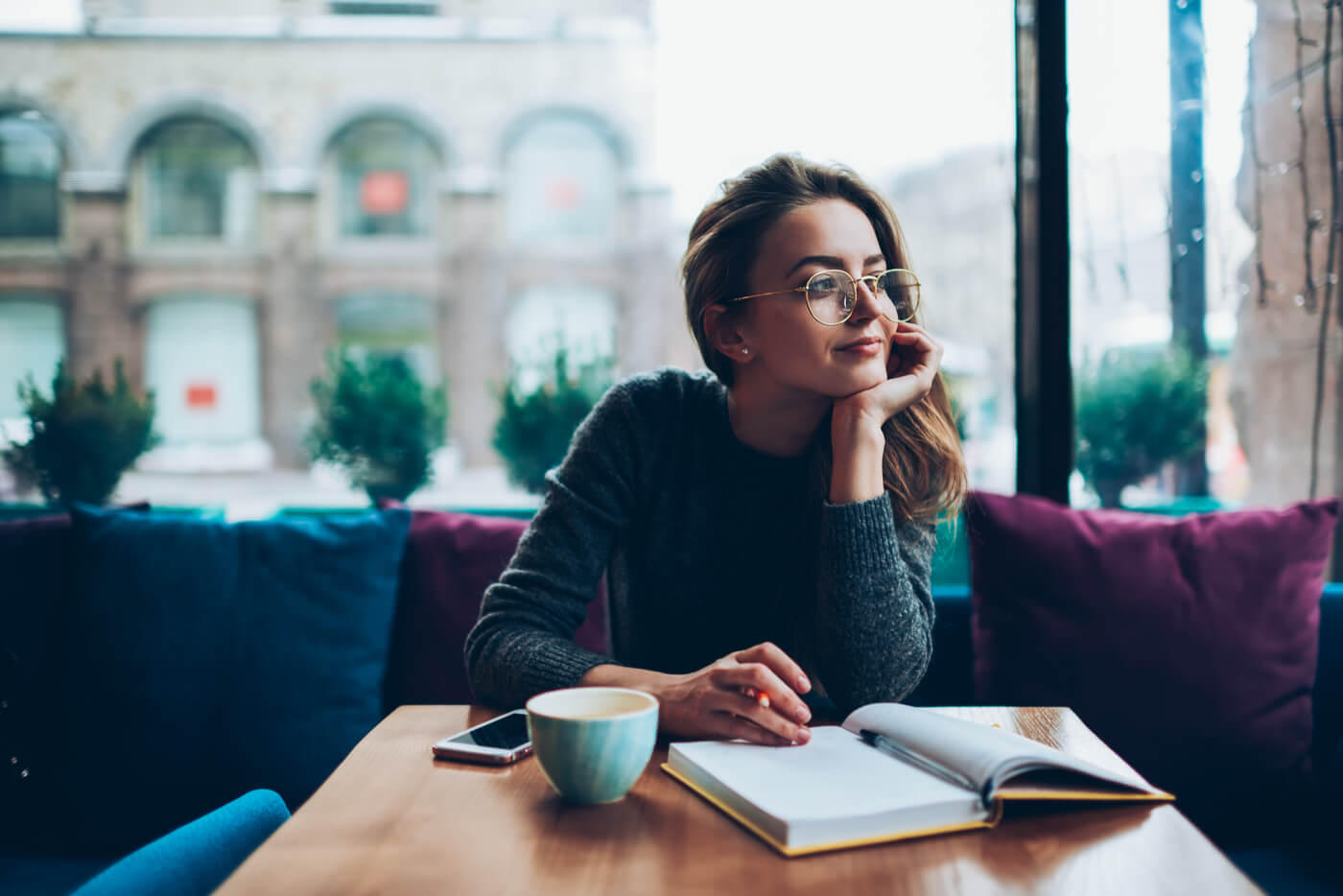 chica cafe leyendo pensando en buscar el placer