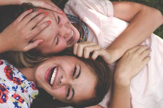 Amigas en la adolescencia riendo