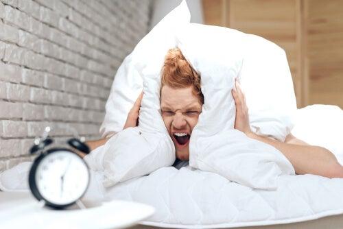 Hombre con trastornos de sueño que afectan su cerebro