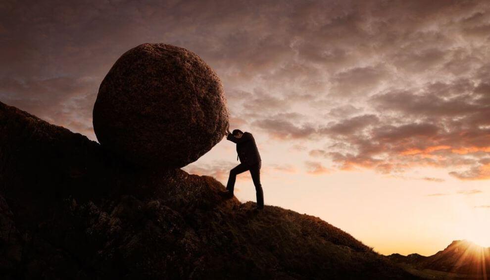 Hombre empujando una piedra