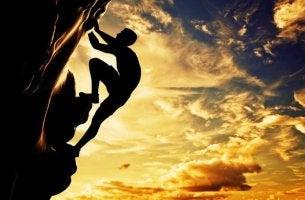 Hombre escalando el camino hacia el éxito