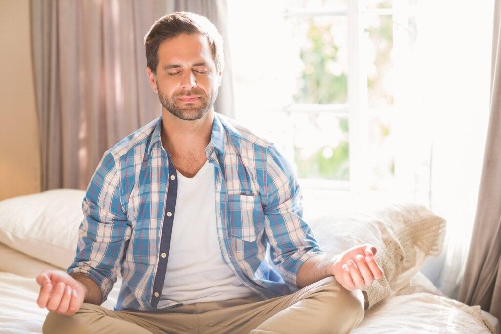 Mann praktiziert Achtsamkeit für mehr Geduld