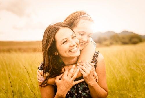 MAdre con su hija que comienza la adolescencia