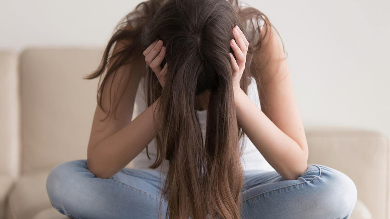 mujer adolescente preocupada