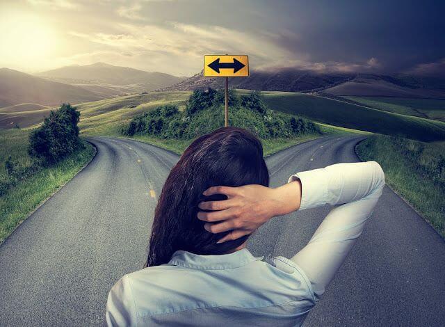 Mujer ante dos caminos simbolizando la Ley de Hick