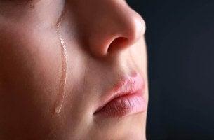 Mujer llorando porque le han hecho daño