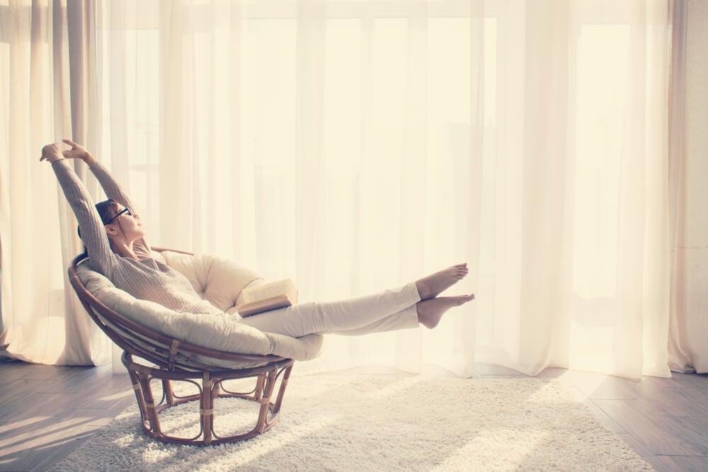 Mujer relajándose en una butaca