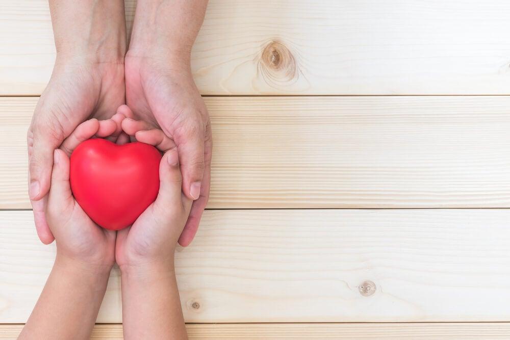 Niño con corazón entre sus manos