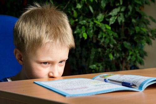 Niño mirando libreta
