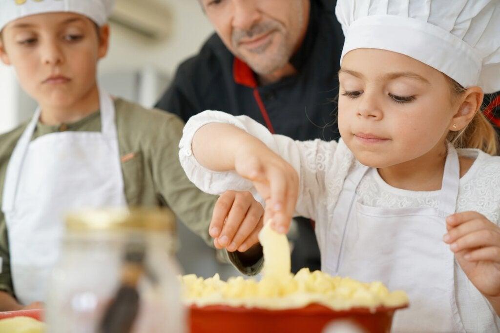 niños cocinando tarta paz