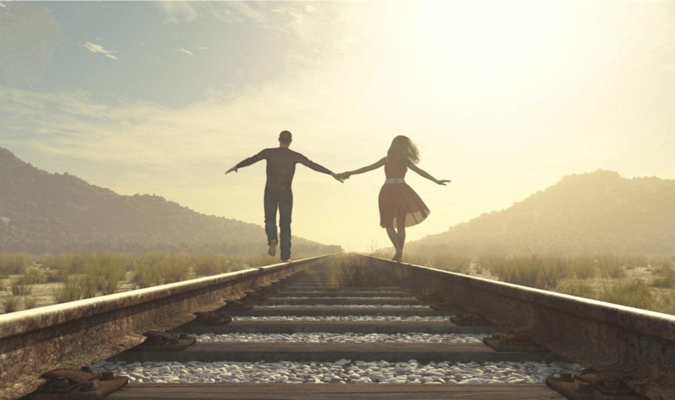 pareja agarrada mano via tren pensando en sacrificarse por los demás
