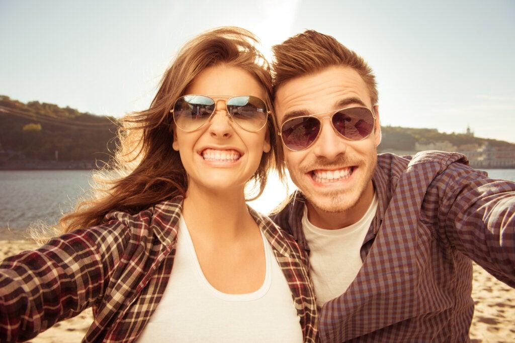 pareja-selfie-feliz