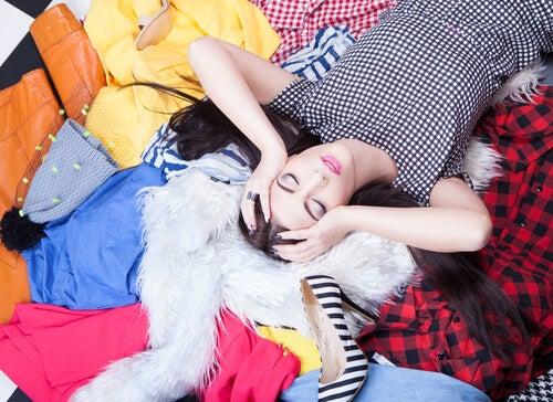 Mujer agobiada encima de su ropa