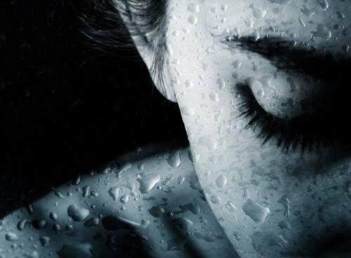 Mujer con los ojos cerrados llorando