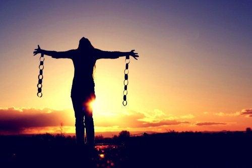 Mujer libre liberándose de sus cadenas