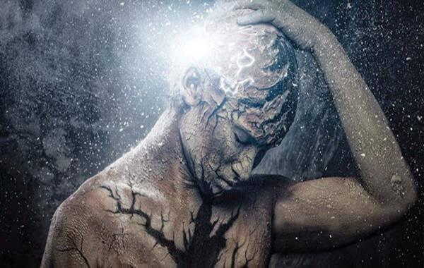 Persona agarrandose la cabeza