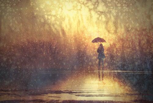 Persona paseando sola con un paraguas