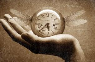 El paso del tiempo en un reloj