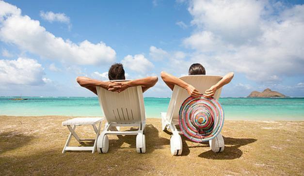 Pareja en vacaciones disfrutando del mar