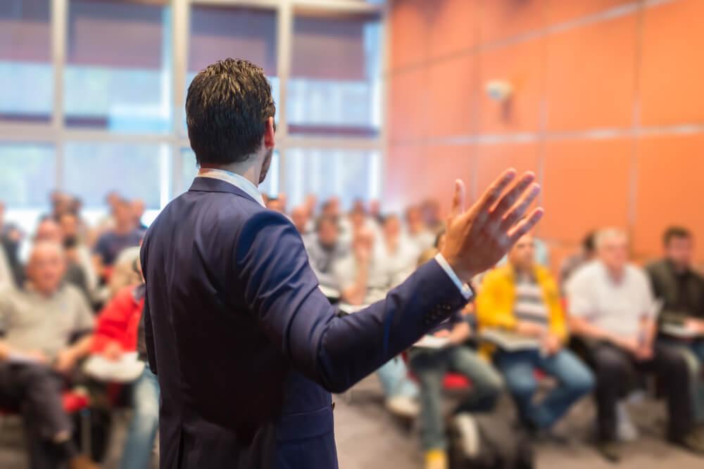 Conferenciante tratando de convencer al público