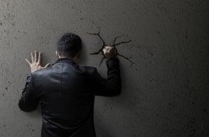 Hombre enfadado y pensando en la moralidad social