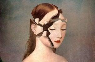 Mujer con cara rota por trastornos psicológicos
