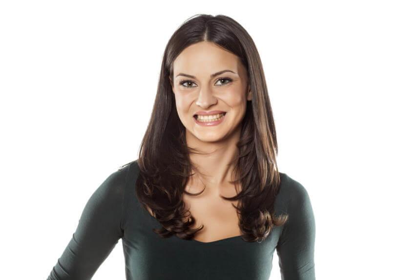 Mujer con sonrisa falsa