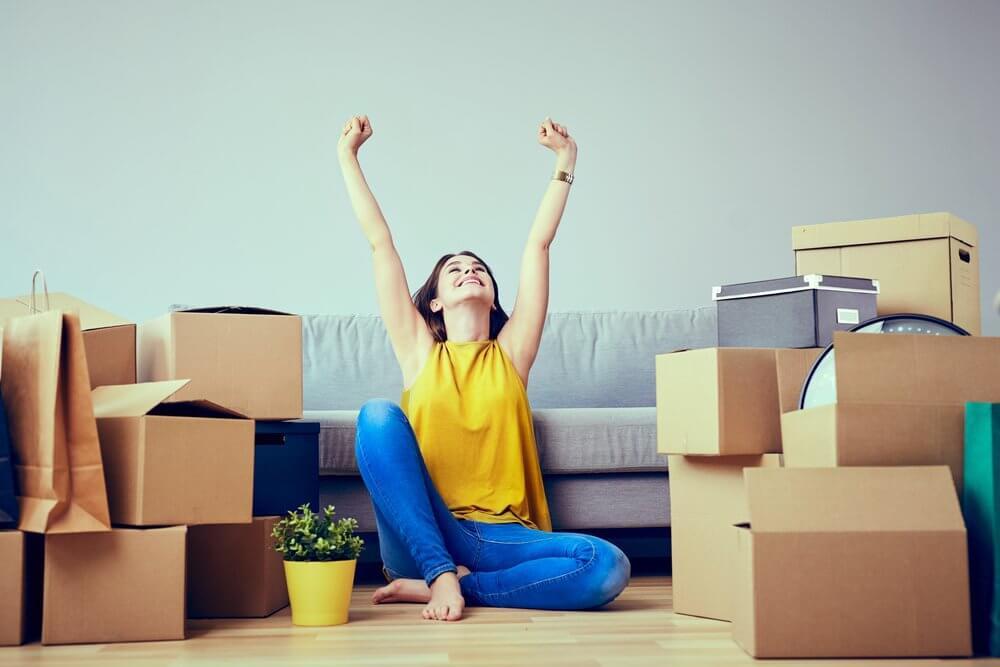 Mujer mudándose a un nuevo hogar