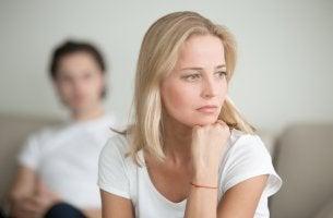 Mujer triste con el miedo a los conflictos