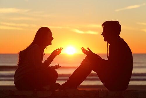 Pareja hablando y representando cómo reconciliarse después de una gran discusión