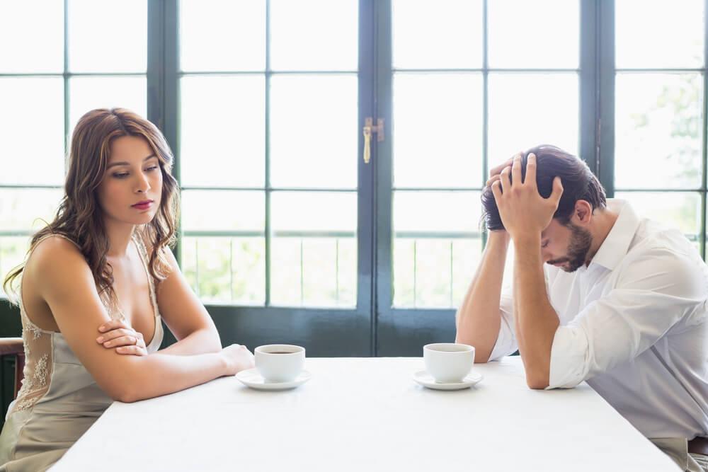 pareja con problemas simbolizando el efecto de una persona autodestructiva