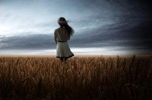 Mujer en el campo pensando