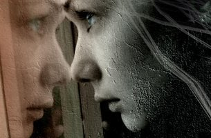 Mujer sufriendo mirando por la ventana