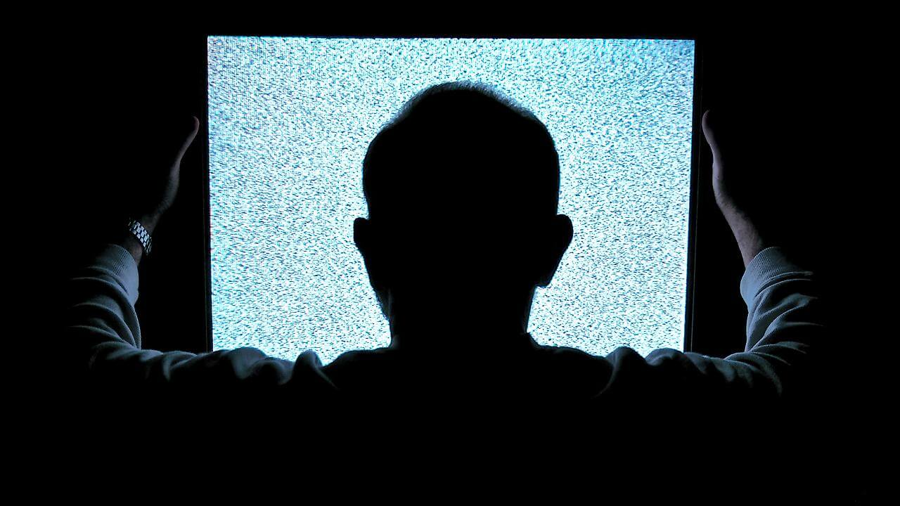 Hombre viendo la televisión
