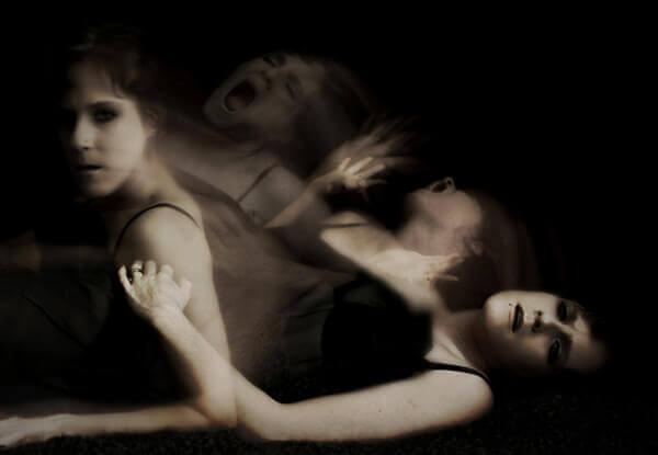 Mujer tumbada con personalidad múltiple