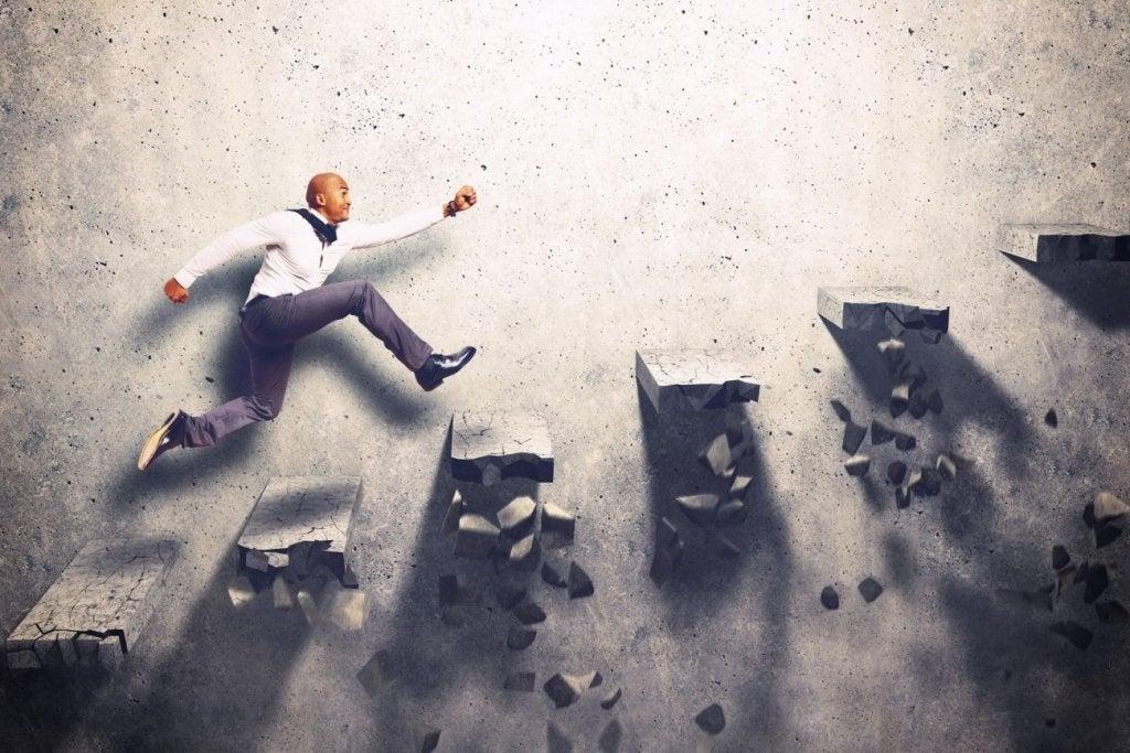 Hombre venciendo obstáculos