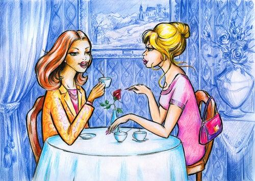 Mujeres tomando café hablando y criticando