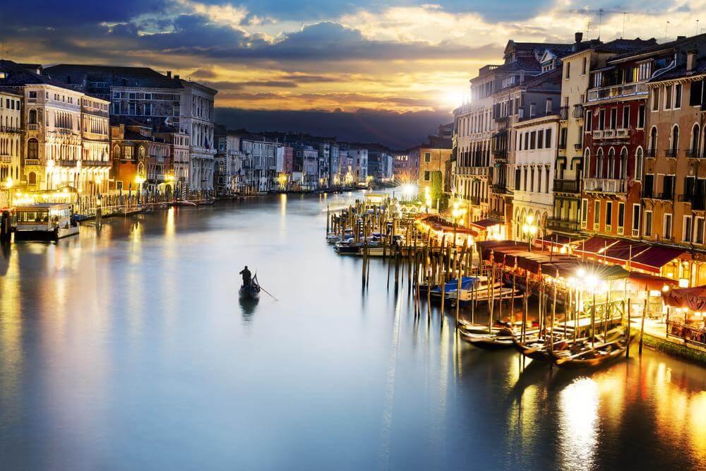 Hombre navegando por el río de una ciudad