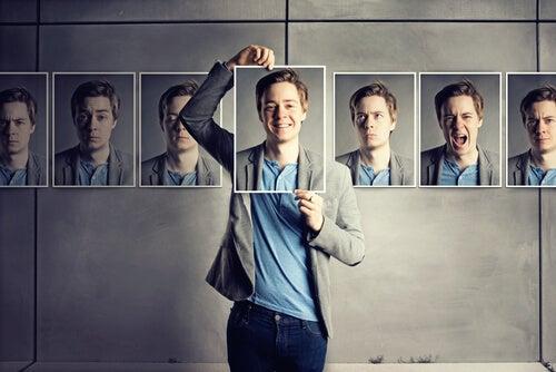 Hombre con varias caras reflejando la asertividad