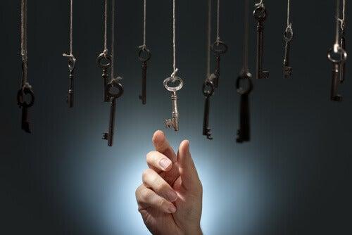 Mano cogiendo una llave representando la inteligencia intuitiva