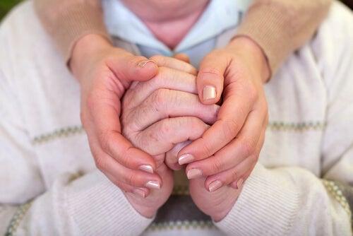 MAnos agarradas simbolizando parejas duraderas