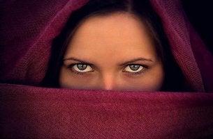 Mujer representando la falsa modestia