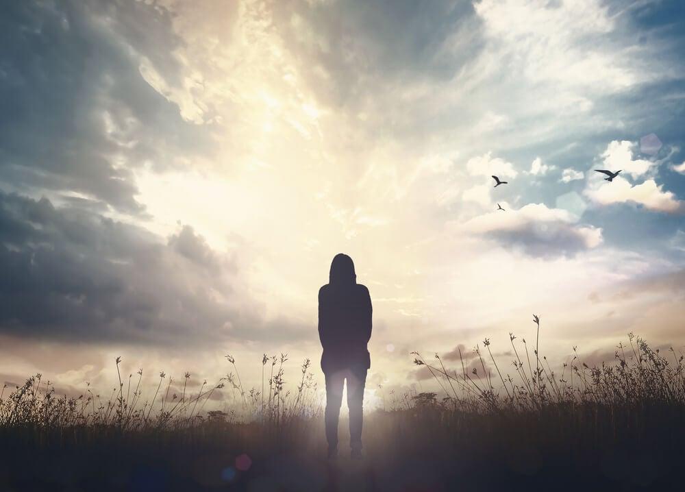 Mujer sola iluminada