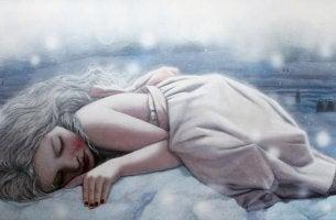 Mujer tumbada con tristeza que no tiene explicación