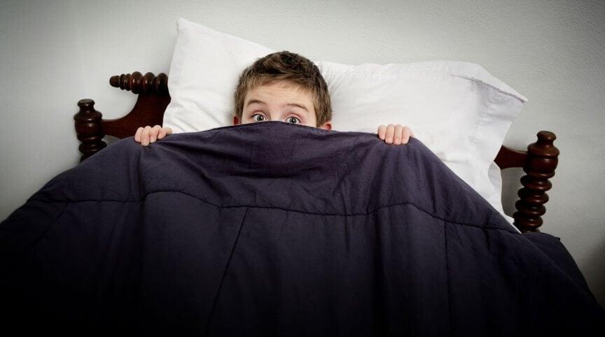 Niño con miedo en cama