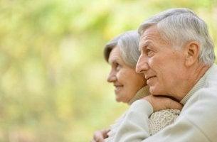 Pareja de ancianos que han sabido envejecer